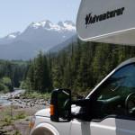 Fraserway-RV vor Fluss auf Vancouver Island