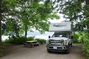 Ein Truck Camper von Fraserway auf einem Stellplatz im Porteau Cove Provincial Park
