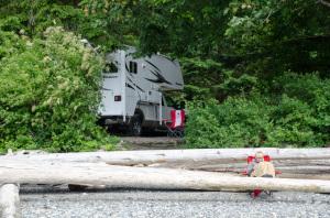 Stellplatz auf dem Campground im Porteau Cove Provincial Park vom Strand aus gesehen