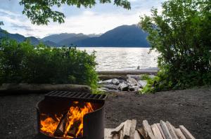 Feuerstelle auf einer Campsite im Porteau Cove Provincial Park